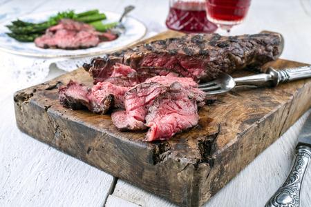 carne asada: Filete de la barbacoa Entrecot con espárragos verdes Foto de archivo