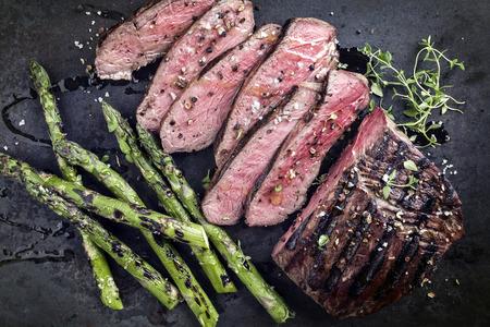 carne asada: Filete Punto de barbacoa con espárragos verdes en la vieja Hoja