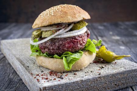 Barbecue Hamburger with Salad Leaf Standard-Bild