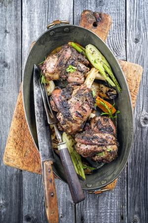 pasen schaap: Lamknuckle Met Groente In Koperen Pot Stockfoto