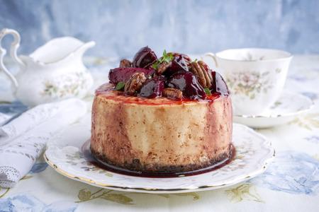 Tarta de queso con ciruela y la tuerca de pacana en la placa