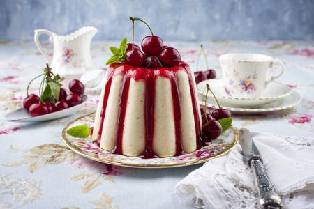 皿の上の桜のチーズケーキ 写真素材