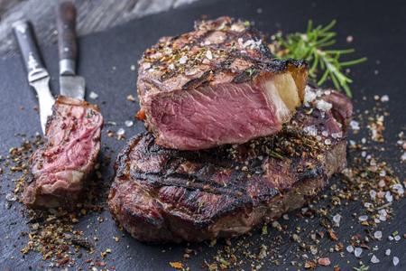 Barbecue Rib Eye Steak on Slate Slab Archivio Fotografico