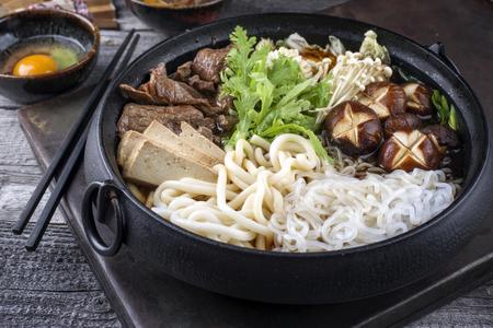 伝統的な日本の鋳鉄鍋ですき焼き 写真素材