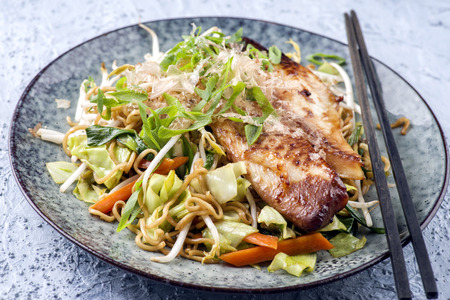 instantnudeln: Chicken Teriyaki with Yakisoba Noodles and Vegetable on Plate