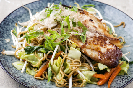 gelb: Yakisoba Noodles with Fish Teriyaki