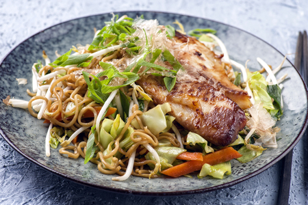 gelb: Fish Teriyaki with Yakisoba Noodles and Vegetable on Plate Stock Photo