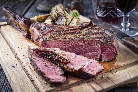 pepe nero: Barbecue Tomahawk Steak sulla scheda di taglio Archivio Fotografico