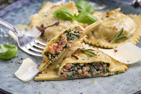 Salmon Spinach Ravioli on Plate Stockfoto
