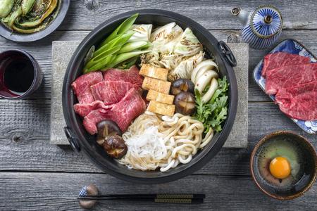 Japanse Sukiyaki in traditionele gietijzeren pot Stockfoto