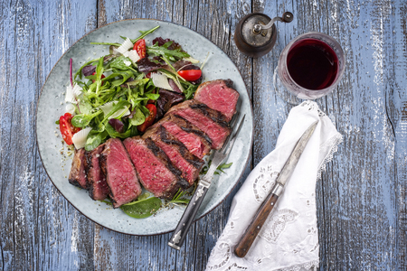 Wagyu Prime Rib Steak with Italy Salad Stockfoto