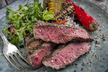 바베큐 와규 타 글리 아타 샐러드와 야채