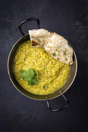 Indian Dal Soup with Naan Bread in Bowl Standard-Bild