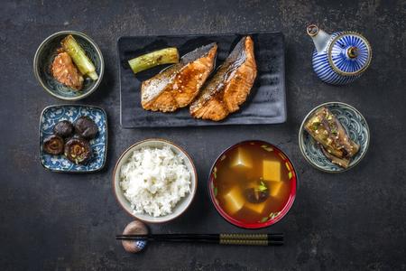 Traditioneel Japans gerecht met visteriyaki en soep als close-up in kommen