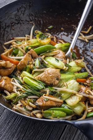 전통적인 볶음 튀김 닭고기 바오 야채와 함께 냄비에 클로즈업