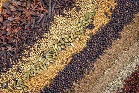 Traditionelles internationales Getreide und Saatgut als Gewürz als Nahaufnahmen Standard-Bild - 77248309