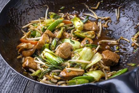 鍋でクローズ アップとして伝統的な炒め野菜と鶏庚宝 写真素材