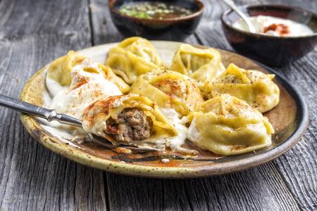 Joghurt と皿の上のクローズ アップとして酢と伝統的なトルコ ・