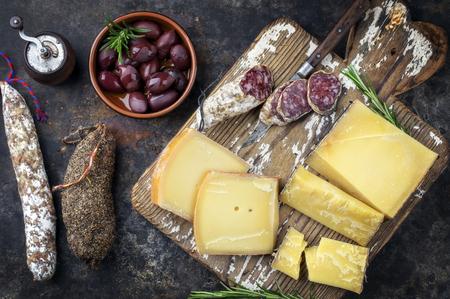 오래 된 절삭 보드에 상위 뷰 치즈와 살라미 전통적인 프랑스 감기 컷