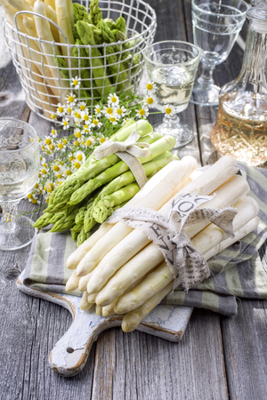 blte: Row green and white Asparagus as close-up on a cutting board Stock Photo