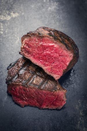 바베큐 와규 점 스테이크 매우 드문 슬라이스 ?? 슬레이트에 클로즈업 스톡 콘텐츠