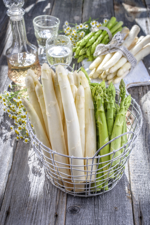 Row of green and white asparagus as close-up in a basket Standard-Bild