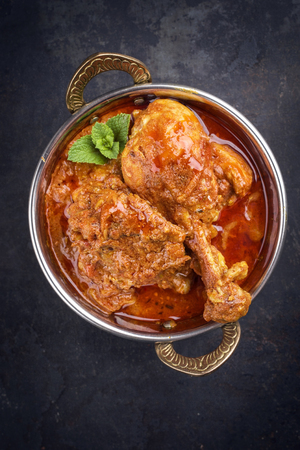 Traditional Indian Chicken Tikka Masala as close-up in a Korai Imagens