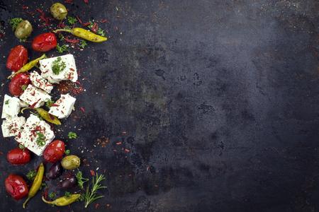 白い背景にピーマンと野菜の伝統的なギリシャ フェタチーズ