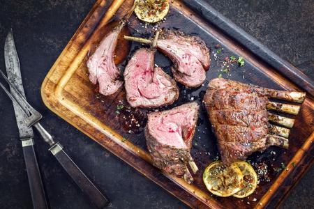 Barbecue kalfsvlees Loin als een bovenaanzicht op verbrande snijplank