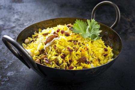 Indisches vegetarisches biryani mit Nüssen und Rosinen als Nahaufnahme in einem Korai Standard-Bild - 87069691