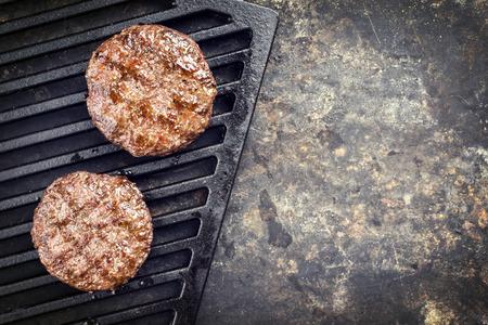 Barbacoa Wagyu Hamburger como la vista superior en una grillage con espacio de copia derecha