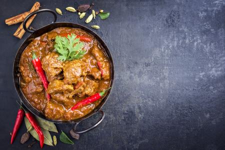 Traditionelle indische Curry Lamm Masala als Nahaufnahme in einem Korai Standard-Bild