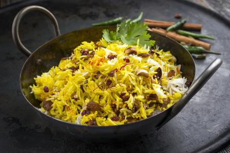 Indisches vegetarisches biryani mit Nüssen und Rosinen als Nahaufnahme in einem korai Standard-Bild - 86807113