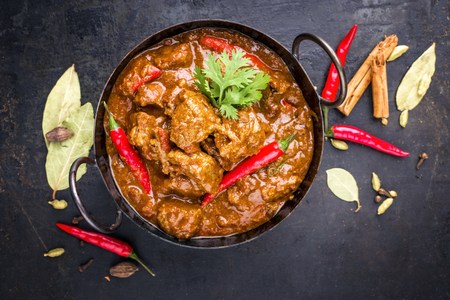 Traditionelle indische Curry Lamm Masala als Nahaufnahme in einem Korai Standard-Bild - 87069693