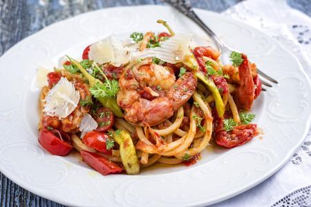 Linguine italiane alla gamberetti con verdure e parmigiano come piatto da vicino Archivio Fotografico - 86947745