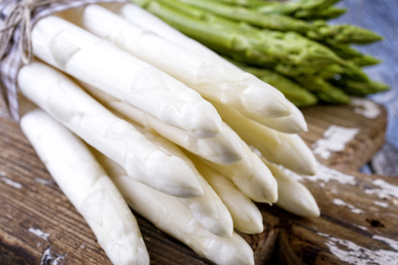 Row green and white Asparagus as close-up on a cutting board Standard-Bild - 94523730