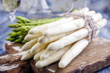 Row green and white Asparagus as close-up on a cutting board Stockfoto
