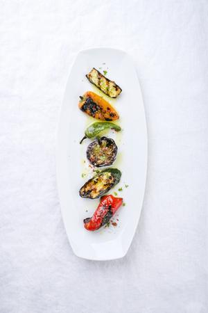 Traditionelle italienische Barbecue Antipasti kreativ dekoriert als Draufsicht auf eine weiße Platte Standard-Bild - 94523857