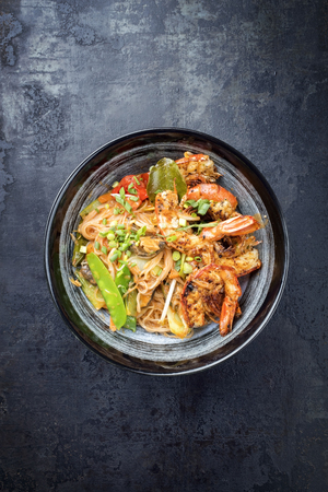 Traditional Thai Phak Kung curry with barbecue king prawns and noodles as top view in a bowl Stockfoto - 105530690