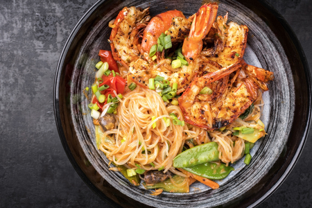 Traditional Thai Phak Kung curry with barbecue king prawns and noodles as top view in a bowl Stockfoto - 105529766