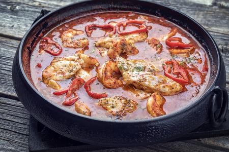 Caldo de corte cajún criollo tradicional con pescado y marisco gumbo sopa de gumbo como vista superior en una olla