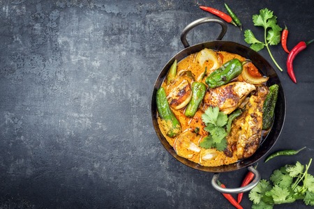 Curry de poulet à la noix de coco kaeng massaman traditionnel thaïlandais avec jalapeño, piment poblano et patates douces en gros plan dans un bol traditionnel avec espace de copie laissé