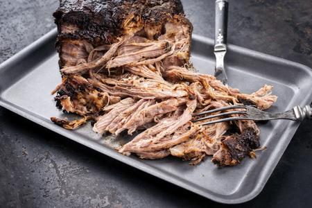 Tradycyjny grill wyciągnął kawałek wieprzowiny z bosten rozdarty na kawałki jako zbliżenie na desce Zdjęcie Seryjne