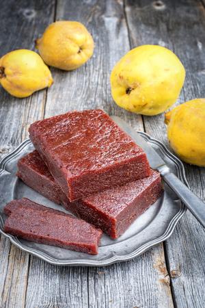 Tradycyjny hiszpański dulce de membrillo jako chleb owocowy z pigwą jako zbliżenie na cynowym talerzu