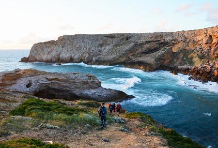 Praia do Amado와 Cabo de Sao Vincente 사이의 Algarve의 서쪽 해안에서의 아름다운 일몰 스톡 콘텐츠