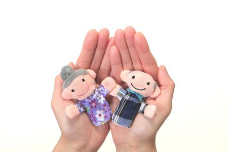marioneta: T�teres de la pareja de ancianos en el cuidado handnursing