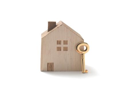 ミニチュアの家、白い背景で隔離のキー。