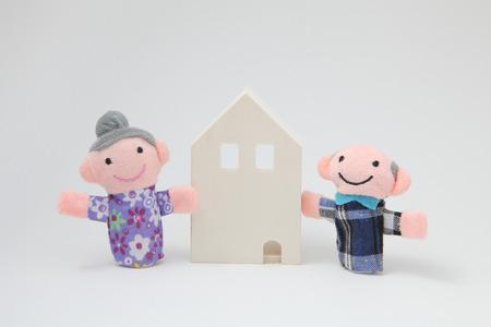 marioneta: Casa y personas mayores de las marionetas en el fondo blanco.