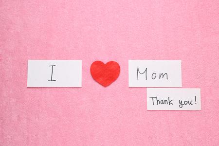 私のお母さんのコンセプトが大好きです。赤いハートと手は、私のお母さんのコンセプトが大好き文字スペルを書き込まれます。