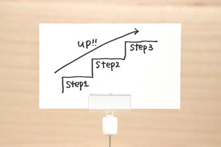 필기 계단 종이에 화살표와 함께 위쪽으로 향하고 있습니다. 비즈니스 성공 개념 및 성장 아이디어입니다. 스톡 콘텐츠